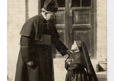 1931-48. Con una niña vestida de monja